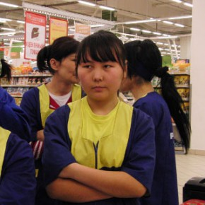 Мигрантам официально разрешат работать в продуктовых магазинах