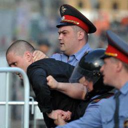 Оппозиционера Удальцова повезли на допрос