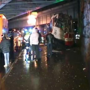 На Муринском трамвай врезался в мост
