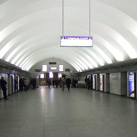 на станции метро Гостиный