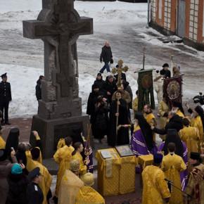 Самый серьезный поклонный крест Петербурга открылся в Александро-Невской Лавре
