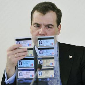 Из-за высокого числа отказов от УЭК, бумажный паспорт не отменят раньше 2025 года