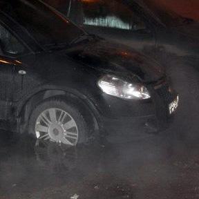 Прорыв на Парашютной: кипяток затопил припаркованные машины (видео)