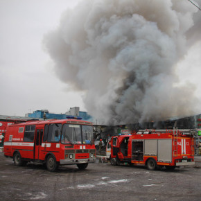 Пожар на Ириновском: выгорели 4 помещения авторынка