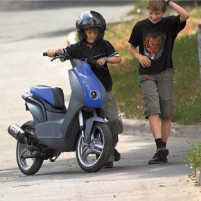 Госдума введет права на скутеры уже в этом году
