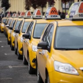 Официальные такси в Санкт-Петербурге получат единый цвет и правила перевозок