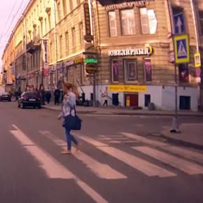 На Владимирском любительница быстрой езды по трамвайным путям сбила девушку