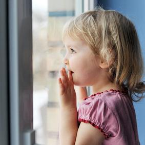 На Сиреневом бульваре 5-летняя девочка выпала из окна и выжила