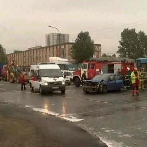 На Юго-Западе столкнулись 4 легковушки и трактор: пострадали двое детей