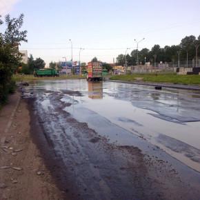 Прорыв на Софийской: холодная вода размыла асфальт