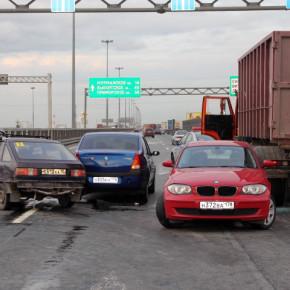 Двойное ДТП на КАД: 4 пострадавших и 13 разбитых машин