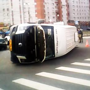 В ДТП на Просвещения перевернулась маршрутка, пострадали пятеро