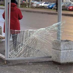 Пьяные мигранты разгромили автобусную остановку на Октябрьской набережной