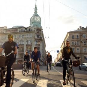 Петербургские велосипедисты устроили мирный митинг на Гороховой
