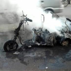 Загоревшийся скутер на лестничной клетке дома тушили 45 человек