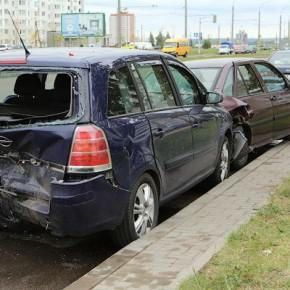 Ночью на Петроградке Ford протаранил 3 припаркованные иномарки