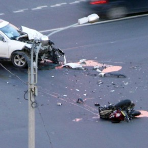 В ДТП на Руставели под колесами кроссовера погиб мотоциклист
