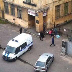 На ограде Боткинской больницы повесился бездомный мужчина