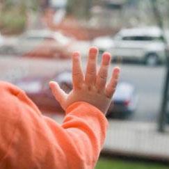 Под Всеволожском 2-летняя девочка выпала из окна квартиры