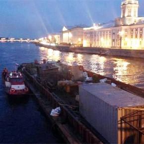 В Петербурге произошел пожар на барже, пришвартованной к Дворцовому мосту