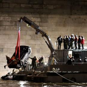 У Володарского моста из Невы подняли машину, которая упала в реку в ноябре