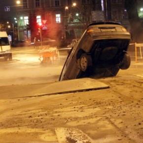 На Загородном проспекте в яму с кипятком провалилась иномарка