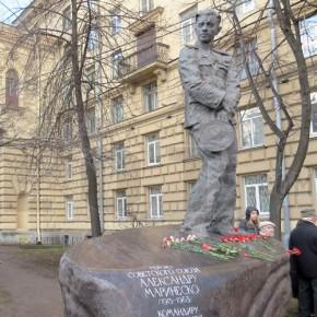 Памятник подводнику Маринеско установили в Петербурге на проспекте Стачек