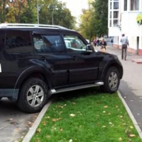 Штрафы за парковку на газоне выросли до 500 тысяч для юридических лиц