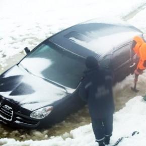 В Волхове в реку упала машина: пассажир погиб, водителя спасли полицейские