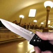 В вагоне петербургского метро жителя Архангельска ранили ножом в грудь