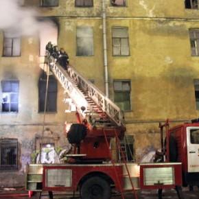 Пожар в аварийном здании на Подъездном переулке тушили семь часов