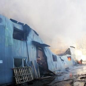 Пожар на Обуховской Обороны площадью 1200 метров тушат 220 человек