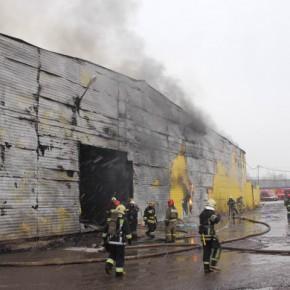 Пожар в Металлострое: ангар площадью 2400 метров выгорел по всему периметру