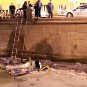 В канал Грибоедова, уходя от ДТП с автобусом, упал полицейский автомобиль