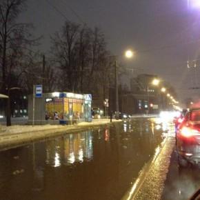 Улицу Карбышева затопило холодной водой там же, где месяц назад горячей