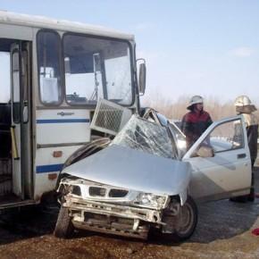 В тройном ДТП с маршруткой на Ропшинском шоссе погиб водитель