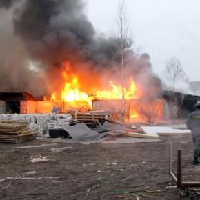 В Невском районе сгорели 600 квадратных метров гаражей и автосервиса