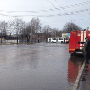 Проспект Непокоренных затопило холодной водой из-за прорыва трубы