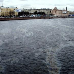 В центре Петербурга из Невы собрали 3 тонны нефтепродуктов