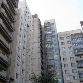 В Купчино женщина разбила две иномарки, выкинув мебель с 15 этажа