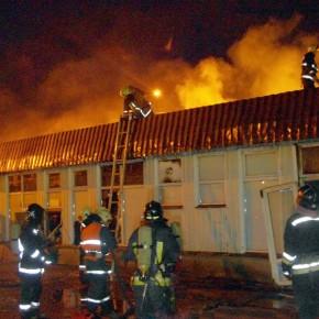 В ночном пожаре на Северном рынке сгорел торговый павильон