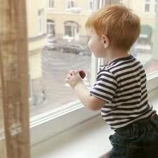 На Северном проспекте из окна 8 этажа выпал 3-летний ребенок