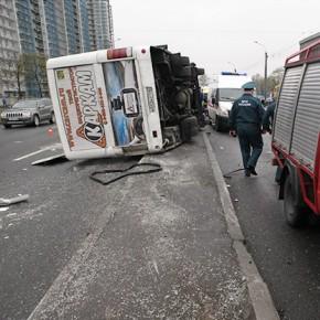 В ДТП на Кушелевской дороге с маршруткой и мусоровозом погибла женщина