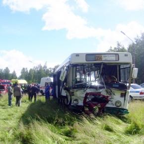 В Петергофе в аварию попал рейсовый автобус, пострадали трое