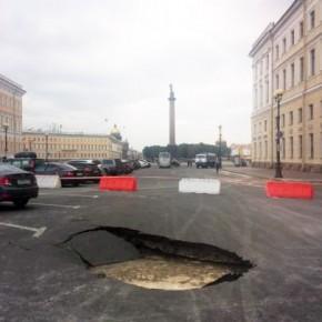 На Дворцовой площади провалился асфальт: ремонт продлится более 5 суток