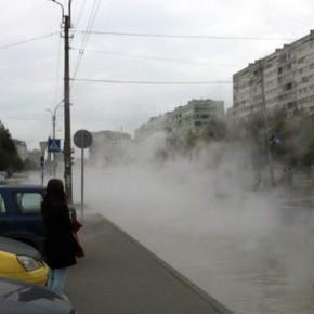 Прорыв на Маршрала Казакова: кипяток затопил проезжую часть