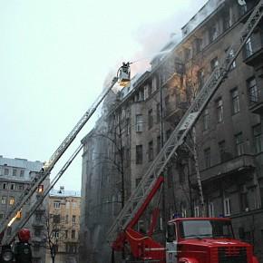 Пожар в жилом доме на Греческом всю ночь тушили 152 человека