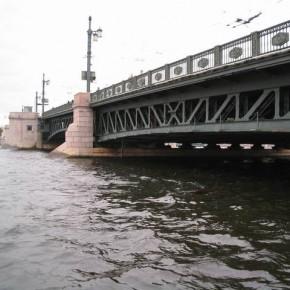 Дворцовый мост на выходных будет закрыт полностью