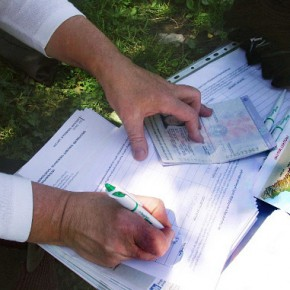 В Грузии собирают подписи за досрочную отставку Саакашвили