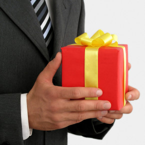 Подарки дороже 3 тысяч дарить чиновникам не рекомендуется